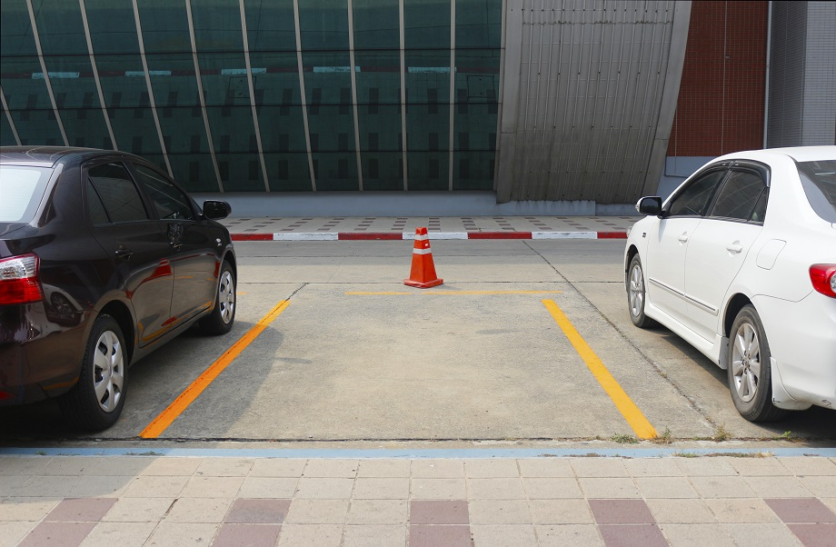 This Is How You Park Your Car Between Two Other Vehicles